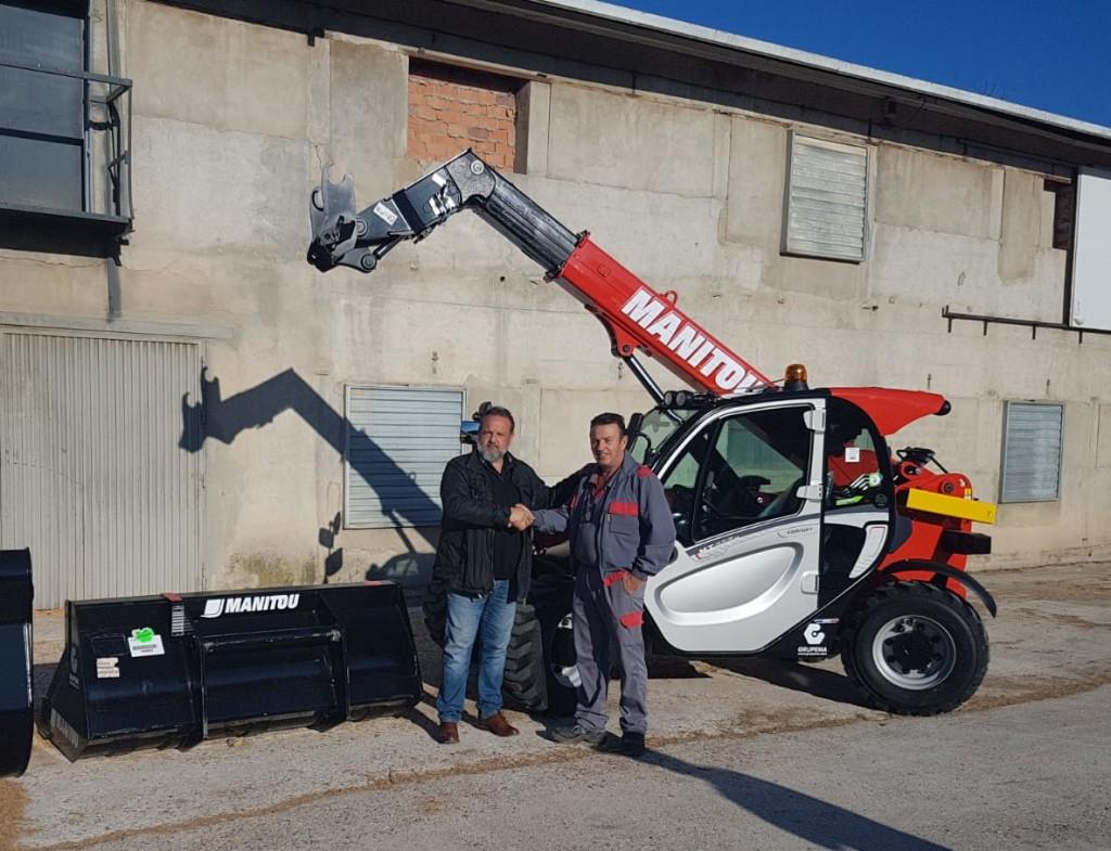 <em>Mariano Esteban, comercial de Grupema, haciendo entrega del Manipulador telescópico Manitou MT 625</em>